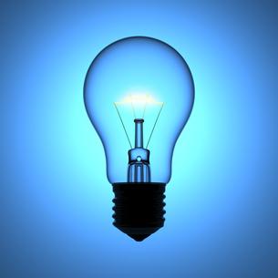 ブルーの背景と光る電球の写真素材 [FYI00166242]