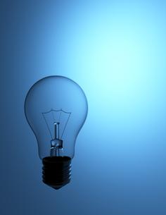 ブルーの背景と電球 テキストスペースの写真素材 [FYI00166272]