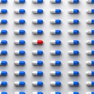 青色と赤色のカプセル錠の写真素材 [FYI00166305]