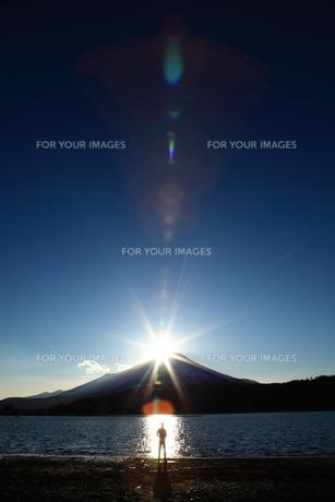 山中湖から見るダイヤモンド富士の写真素材 [FYI00166401]