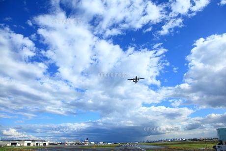 雨上がりの大阪空港を飛ぶの素材 [FYI00166414]