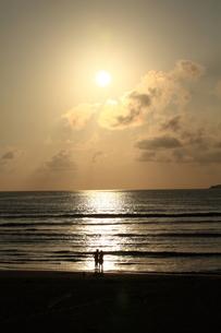 夕日に願う二人の写真素材 [FYI00166426]