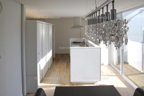 キッチンとシャンデリアの写真素材 [FYI00166460]