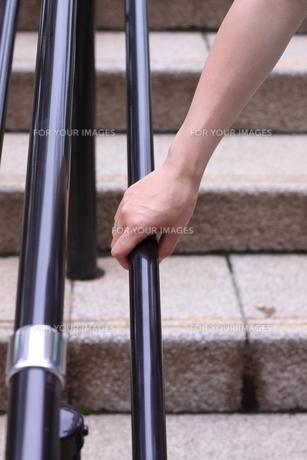 手すりを握る右手の素材 [FYI00166650]