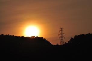 朝日と鉄塔の素材 [FYI00167540]