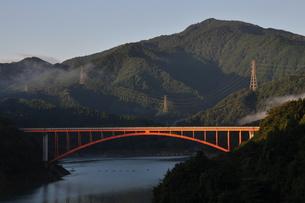 宮ヶ瀬湖の朝の写真素材 [FYI00167867]