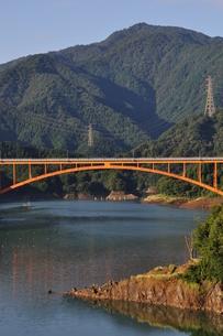 宮ヶ瀬湖の朝の写真素材 [FYI00167871]