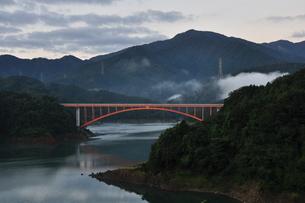 宮ヶ瀬湖の朝の写真素材 [FYI00167873]
