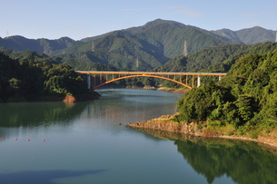 宮ヶ瀬湖の朝の写真素材 [FYI00167883]
