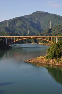 宮ヶ瀬湖の朝の写真素材 [FYI00167885]