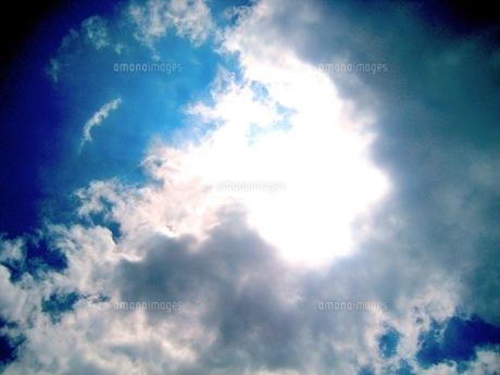雲から溢れる光の写真素材 [FYI00168111]