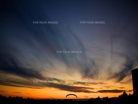 パラグライダーと夕焼けの写真素材 [FYI00168446]