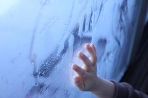 窓にお絵かきの素材 [FYI00168526]
