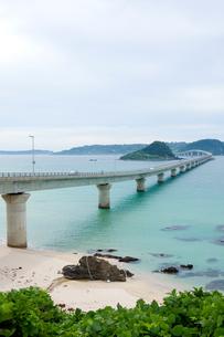 海にのびる橋と白砂の写真素材 [FYI00168681]