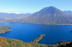 紅葉の中禅寺湖と男体山の写真素材 [FYI00168690]