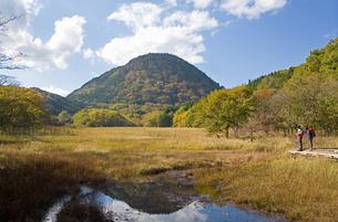 秋の奥塩原大沼公園と新湯富士の写真素材 [FYI00168703]