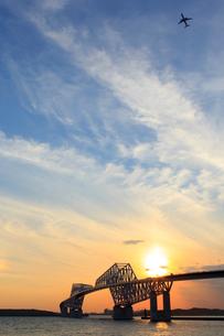 夕日と東京湾ゲートブリの写真素材 [FYI00168830]