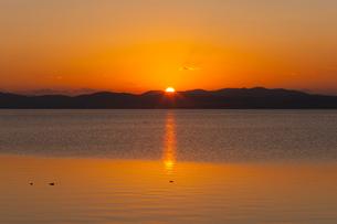 夕日に染まる能取湖の素材 [FYI00168838]