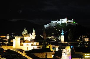 ザルツブルグ旧市街の夜景の写真素材 [FYI00168871]