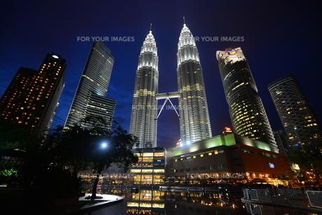 クアラルンプール(マレーシア)のペトロナスタワーの写真素材 [FYI00168896]