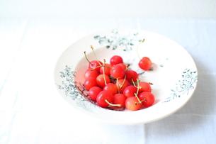 フランスのアンティーク皿にのせたサクランボの素材 [FYI00168906]