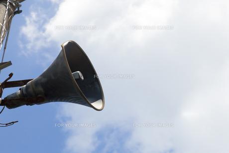 青空と拡声器の写真素材 [FYI00168951]