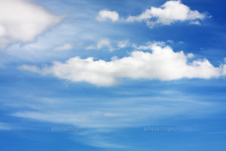 青空に浮かぶ白い雲の写真素材 [FYI00169089]