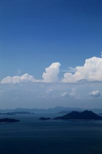 入道雲が印象的な瀬戸内の夏の風景の写真素材 [FYI00169387]