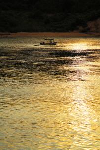 瀬戸の黄昏の中に浮かぶ釣り船の写真素材 [FYI00169392]