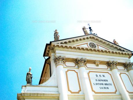 青空に浮かぶ教会の素材 [FYI00169436]
