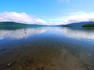 透きとおる湖 阿寒湖の写真素材 [FYI00169606]