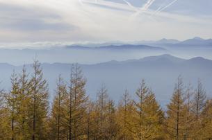 富士山四号目より見渡すカラマツ林と山脈の写真素材 [FYI00169709]