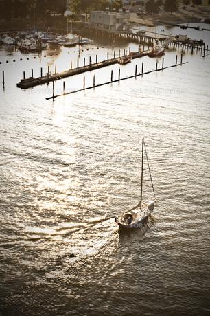 夕日とヨットの写真素材 [FYI00169790]