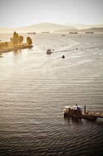 夕日と小さな船の素材 [FYI00169791]