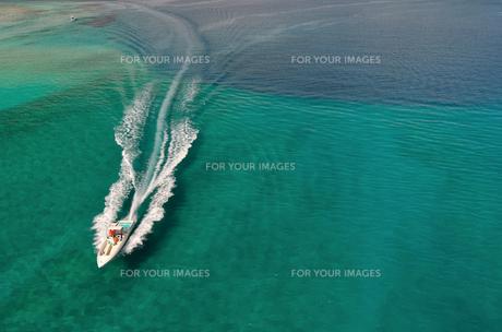 ボート 白い波の素材 [FYI00169842]