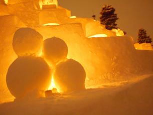 寄り添う雪だるまの写真素材 [FYI00171116]