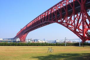 鉄橋と公園の写真素材 [FYI00171142]