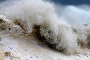 暴れ波の写真素材 [FYI00171177]