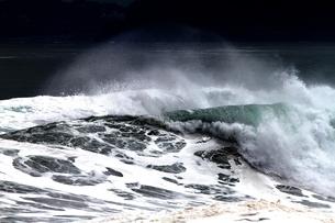 黒と白の波模様の写真素材 [FYI00171178]