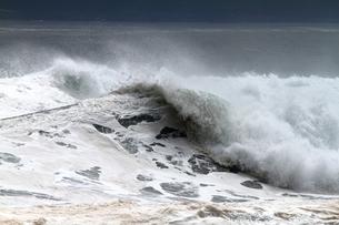 打ち寄せる大波の写真素材 [FYI00171181]