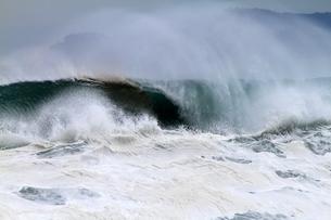 パイプラインと波しぶきの写真素材 [FYI00171188]