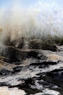 しぶきを上げて迫る大波の写真素材 [FYI00171192]