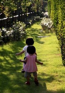 一緒に歩く子供の素材 [FYI00171197]
