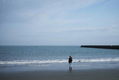 海を眺める女性の写真素材 [FYI00171663]