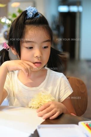 絵を描いている女の子の写真素材 [FYI00171673]
