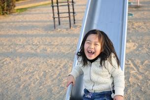 すべり台で遊ぶ女の子の写真素材 [FYI00171677]