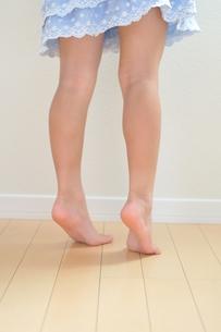 背伸びをする女の子の写真素材 [FYI00171682]