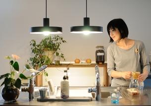 キッチンで家事をする女性の写真素材 [FYI00171683]