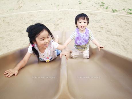 すべり台で遊ぶ子供の写真素材 [FYI00171708]