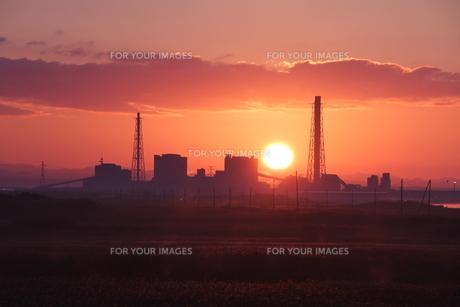 朝陽と発電所の写真素材 [FYI00171749]